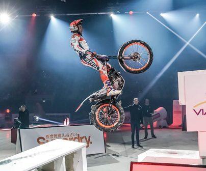 Toni Bou realizando un salto en el X-trial Rennes 2020