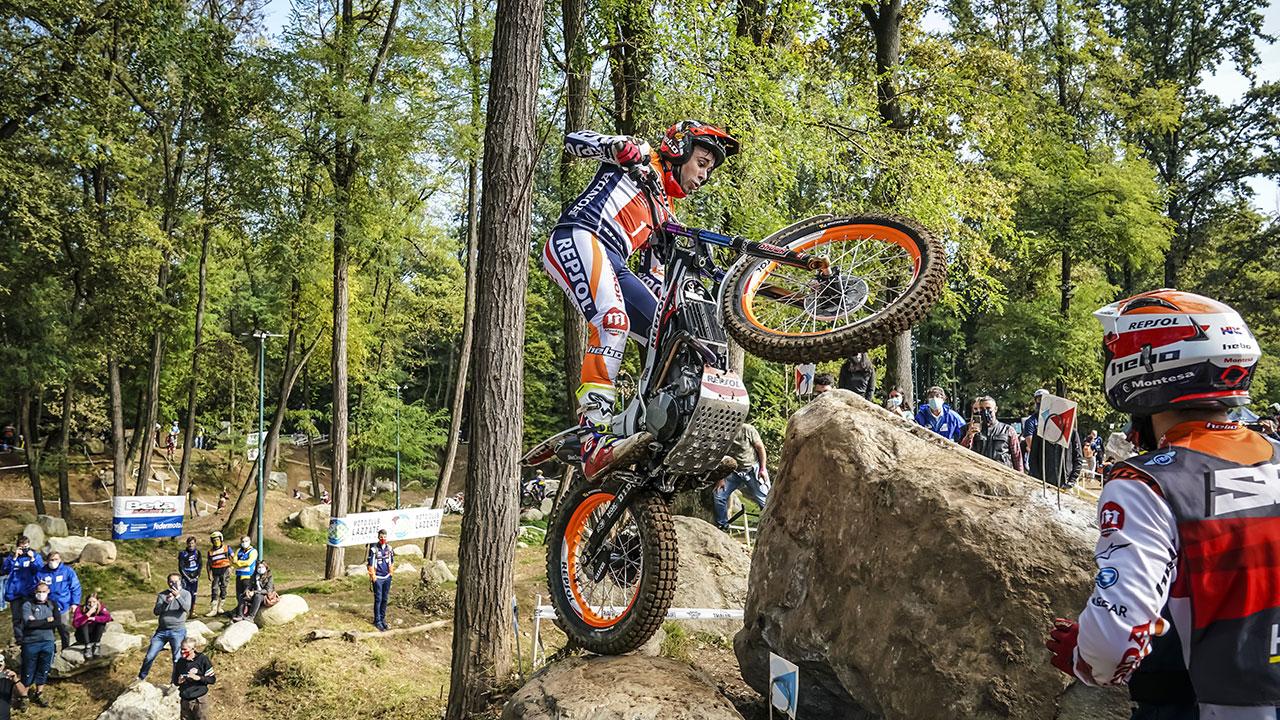 Toni Bou Saltando con su moto en una prueba de TrialGP