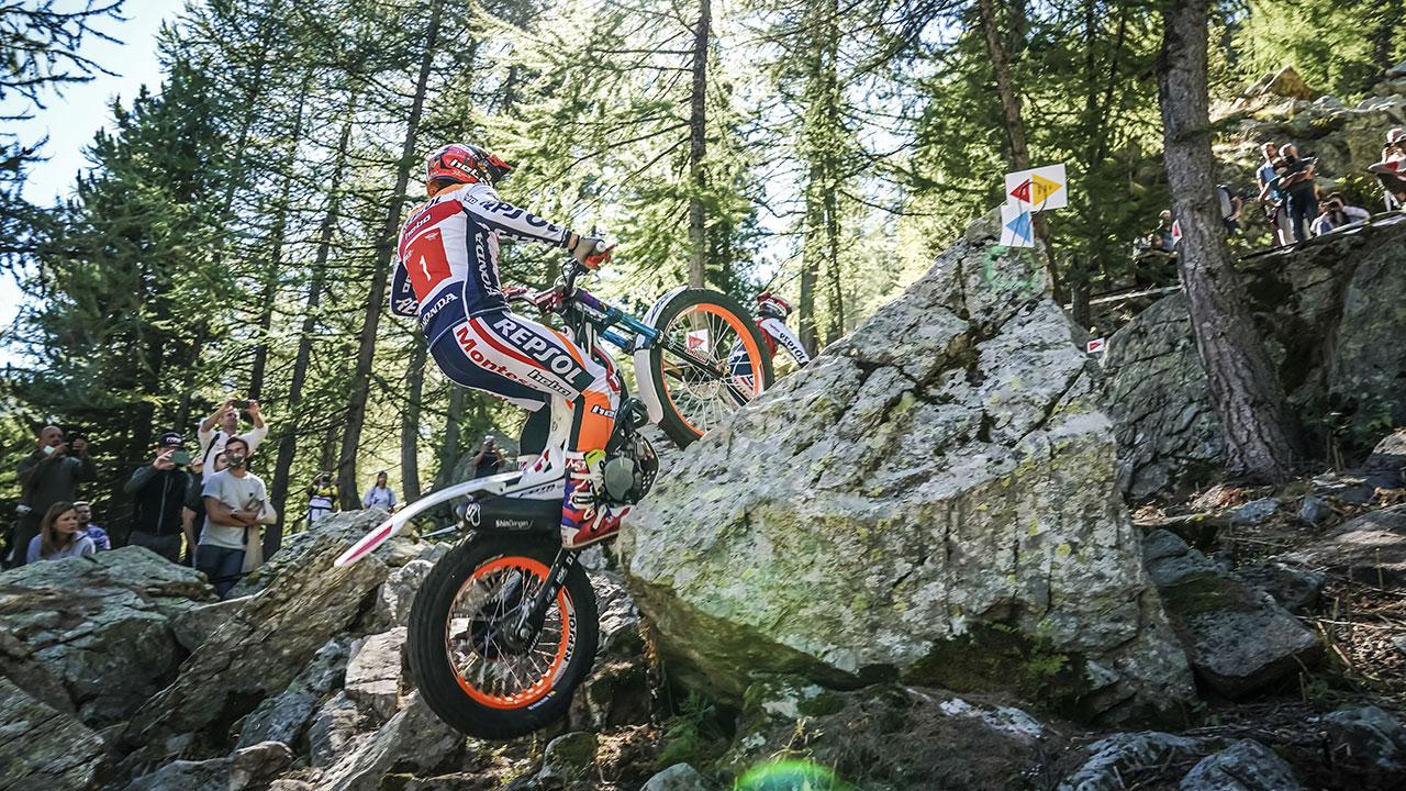 Toni Bou trepando por unas rocas con su moto
