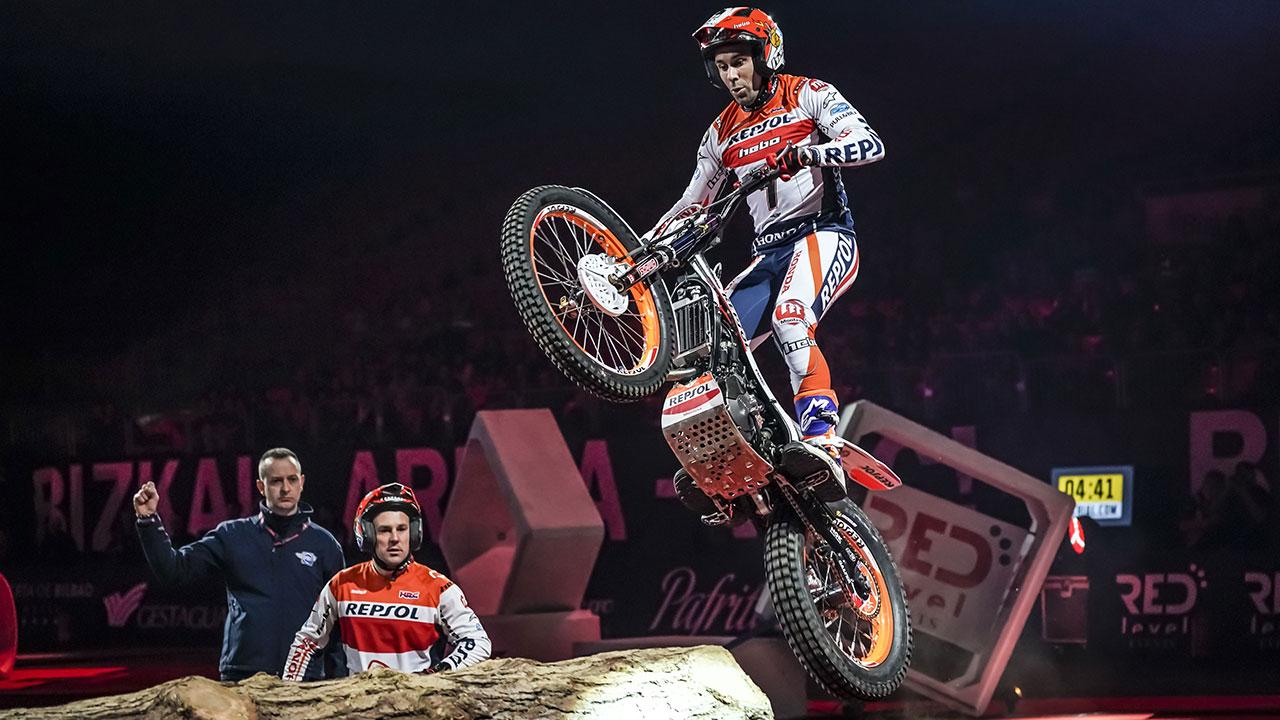 Toni Bou saltando con su moto en una prueba de X-Trial