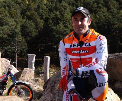 Toni Bou descansando junto a moto de trial