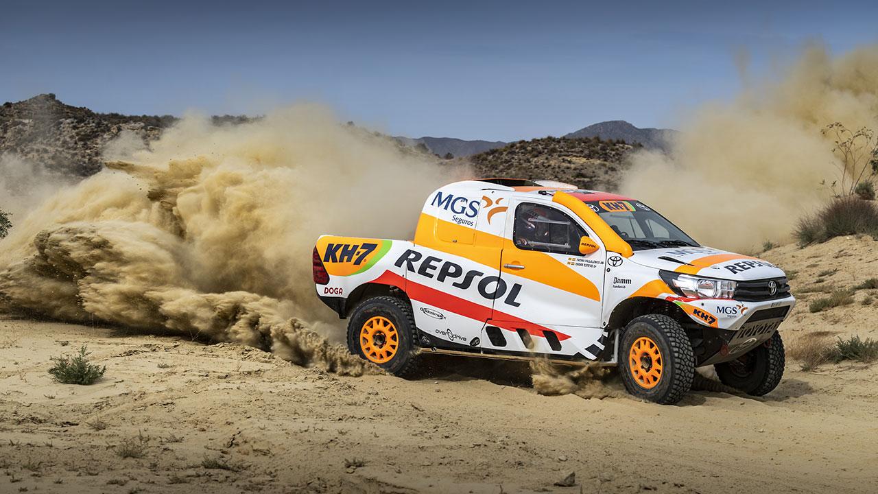Toyota Hilux del Repsol Rally Team a toda velocidad