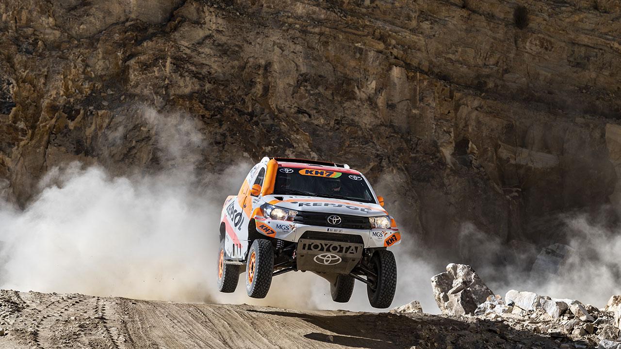 Toyota Hilux del Repsol Rally Team saltando