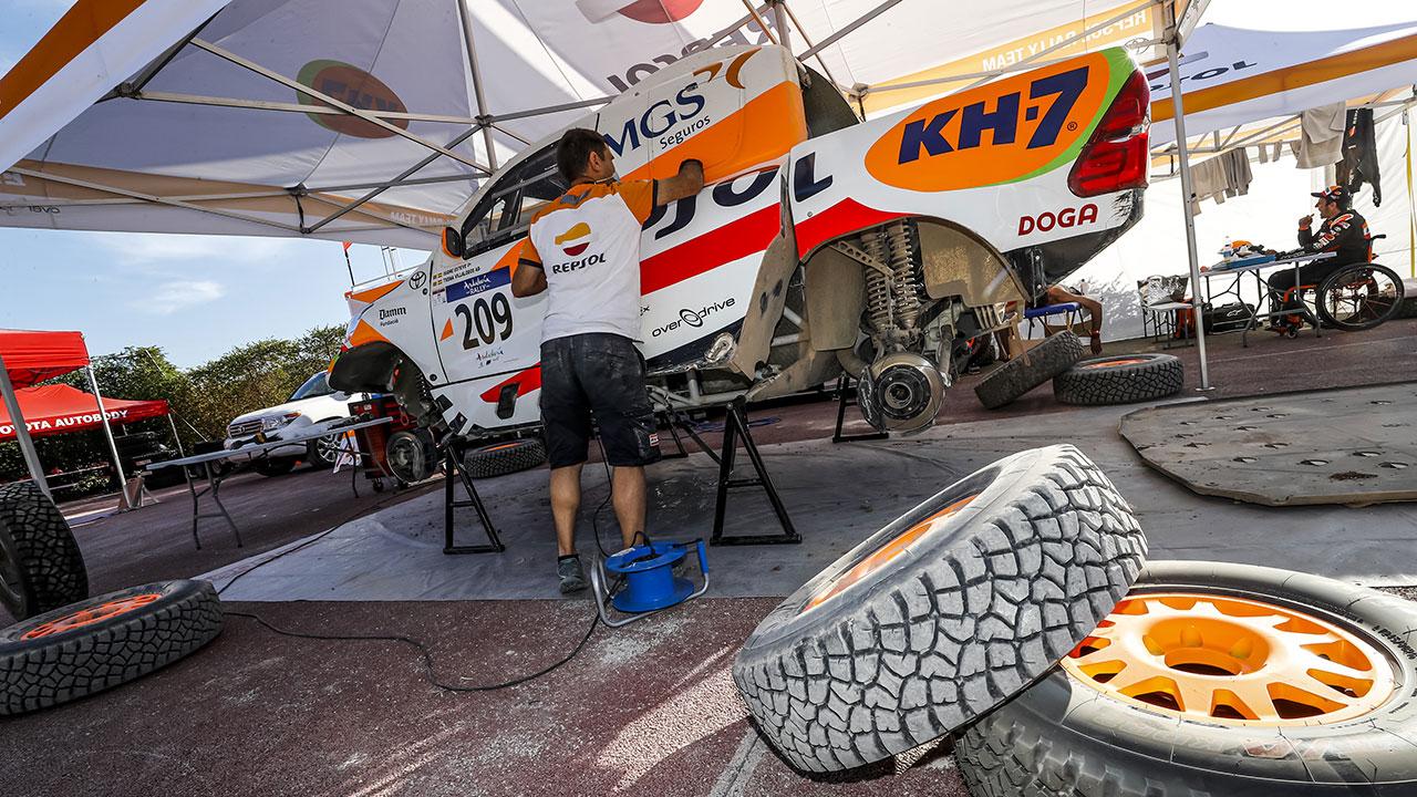 Mecánico trabajando en el Toyota Hilux del Repsol Rally Team