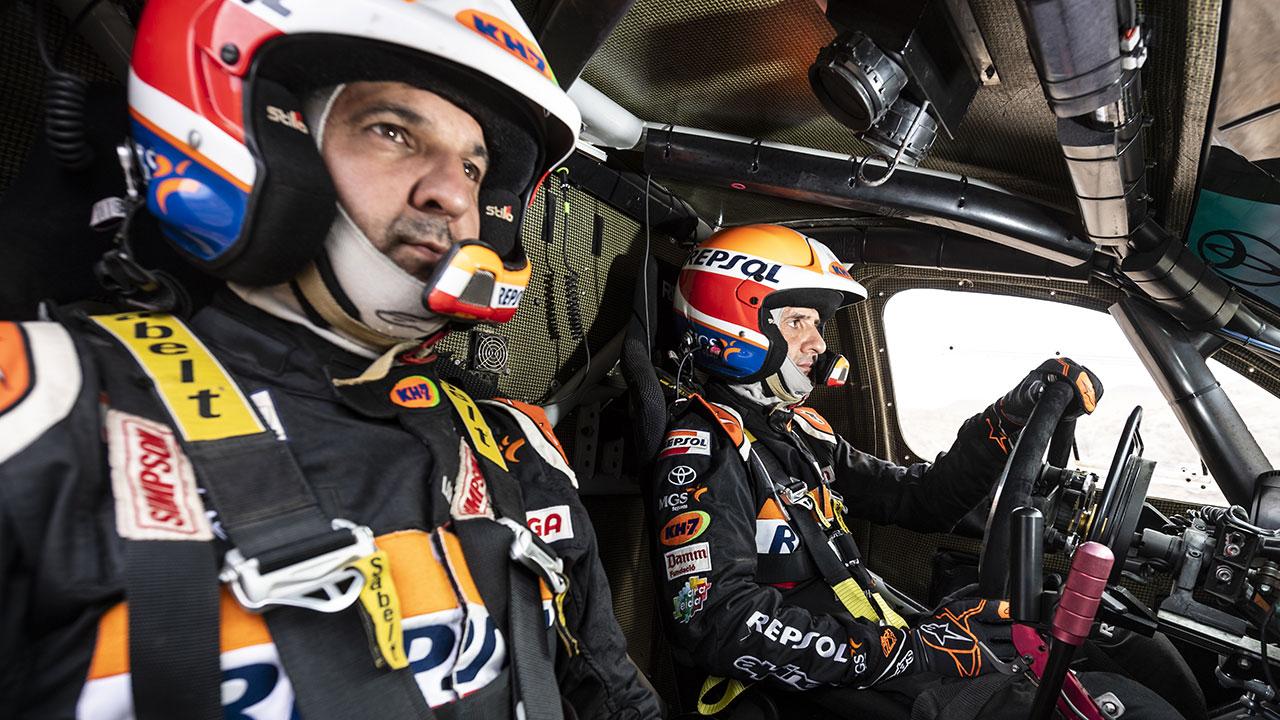 Isidre Esteve y Txema Villalobos en su Toyota Hilux