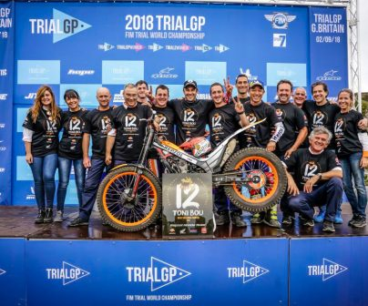 Toni Bou celebrating the world title with his team in the Great Britain TrialGP 2018