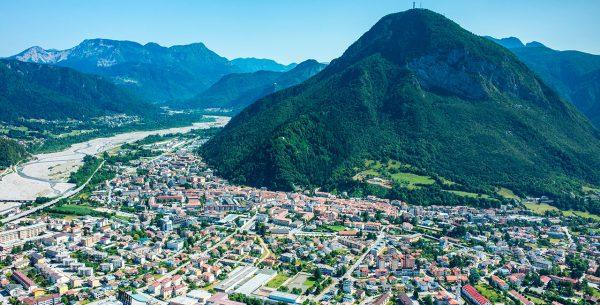 Vista aérea de Tolmezzo, Italia