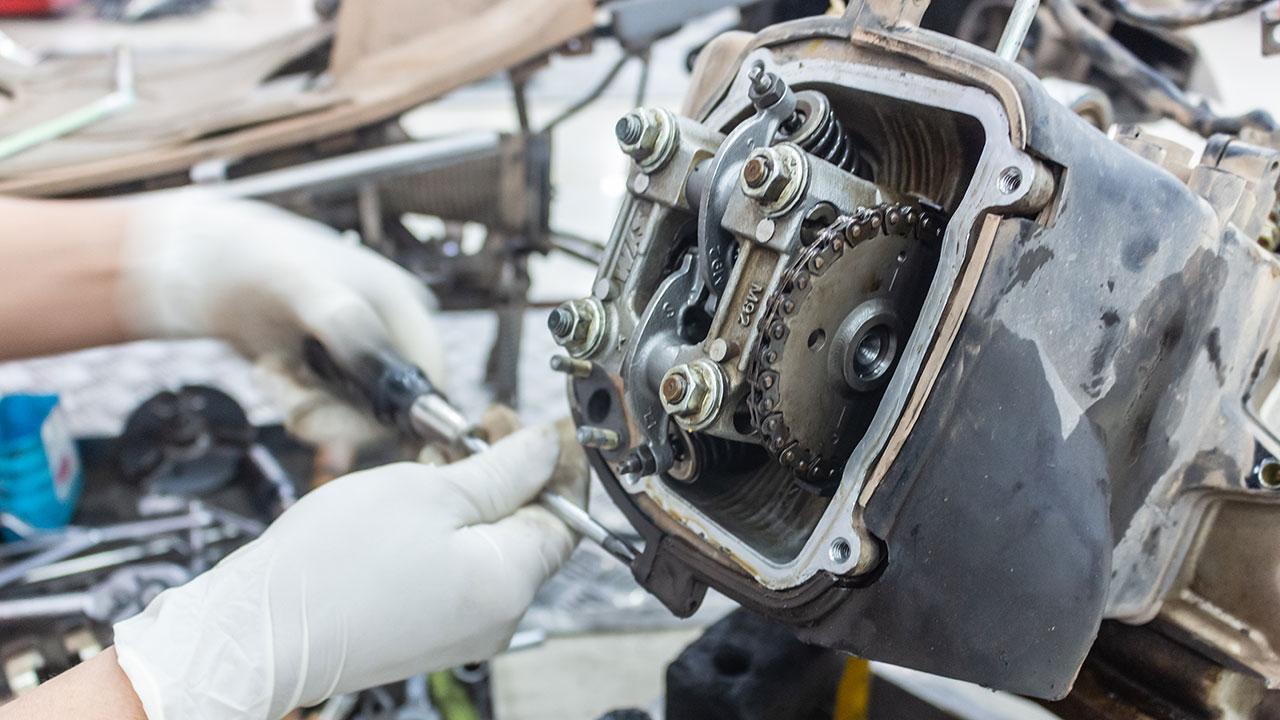 comprobando el ajuste de válvulas en una moto