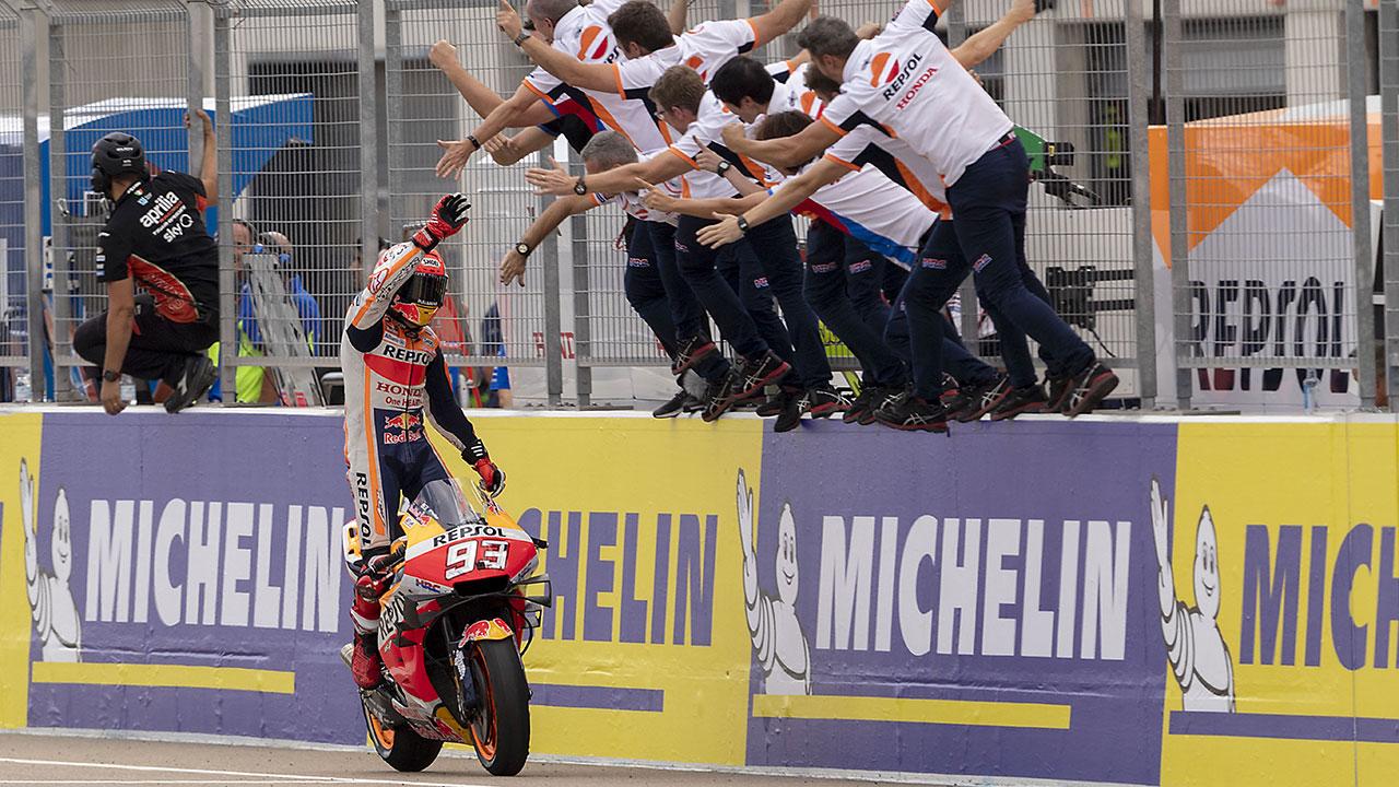 Mar Márquez celebrando su victoria en Motorland durante el GP de 2019