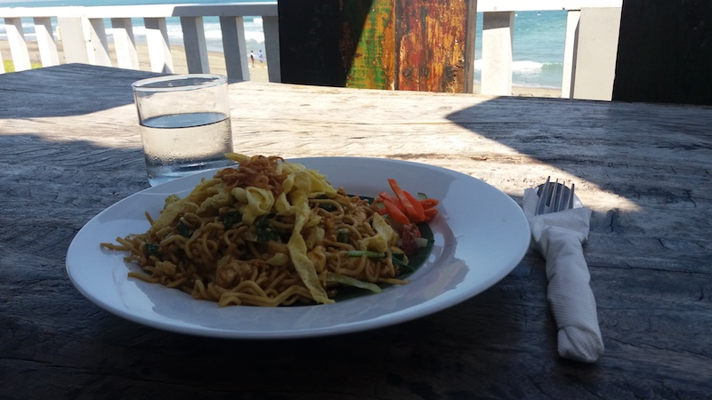 Mie Goreng in Pererenan am Strand