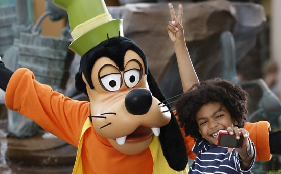 Disneyland Paris - Goofy and child