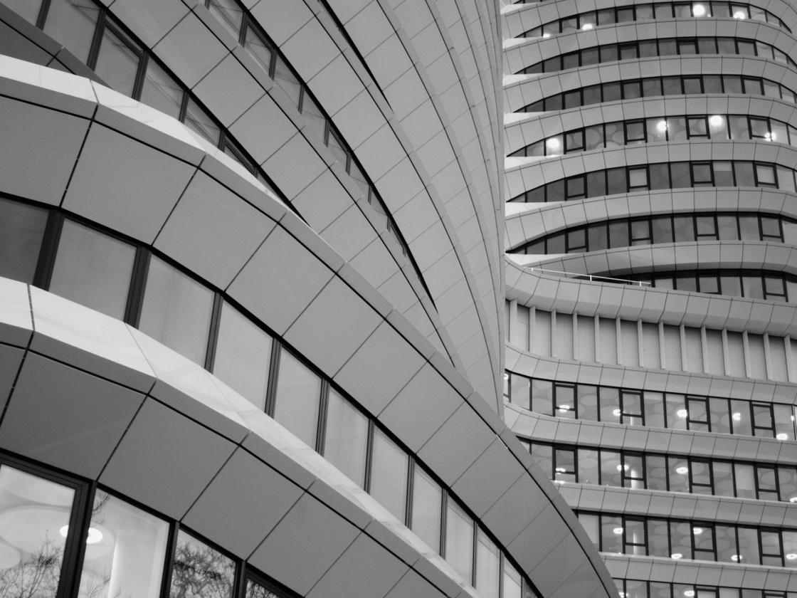 Moderne graue Bürogebäude