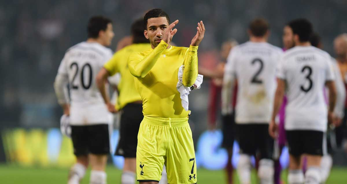 Aaron-Lennon-applauds-Spurs-fans