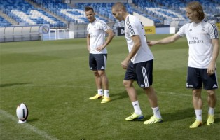 Real Madrid's Bale, Benzema, Modric and Jese show amazing rugby skills!