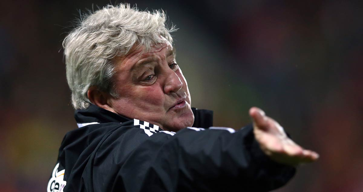 Steve Bruce gesticulates at his Sunderland troops
