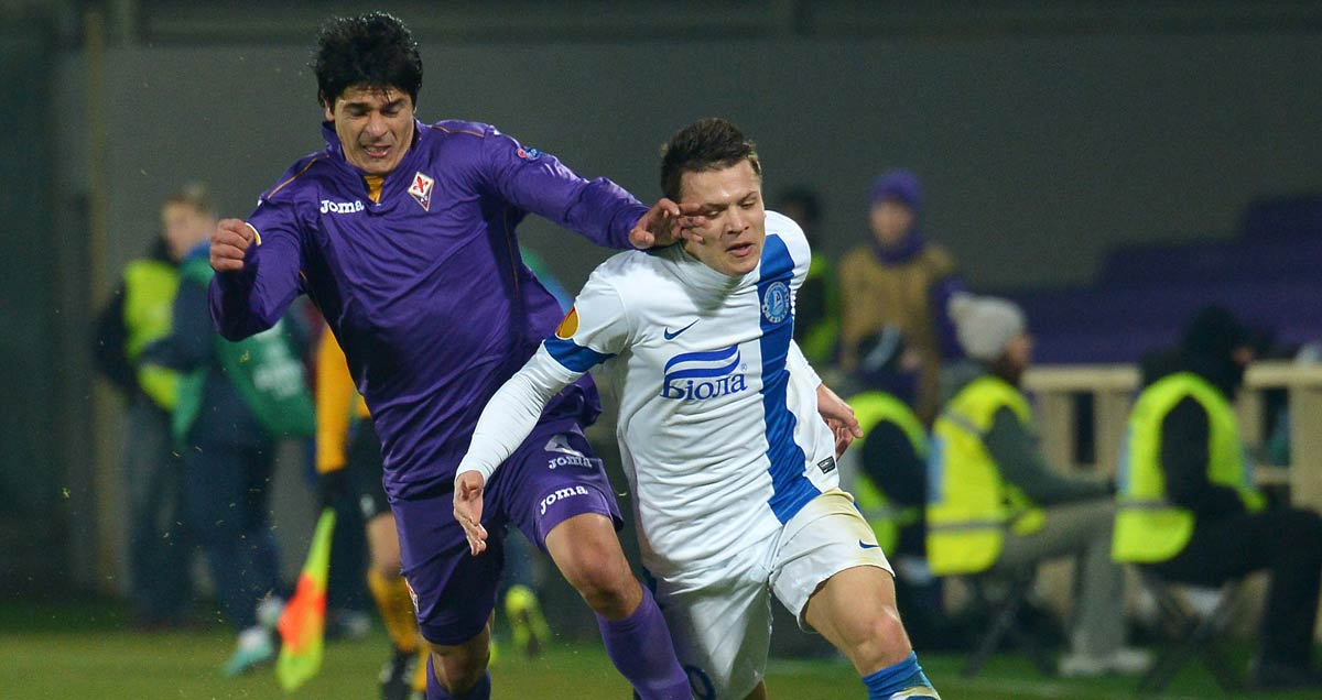 Yevhen Konoplyanka takes a whack in face as he escapes pursuing Fiorentina defenders