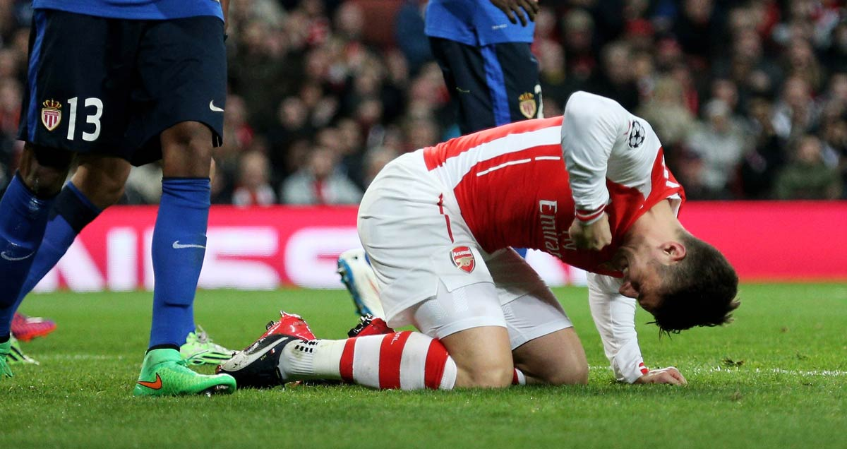 Arsenal v Monaco: Olivier Giroud punches the ground in frustration