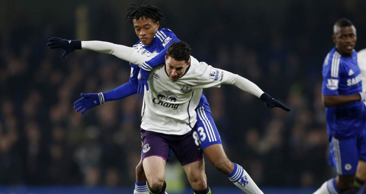 Juan Cuadrado gets to grips with Everton's Bryan Oviedo on his Chelsea debut