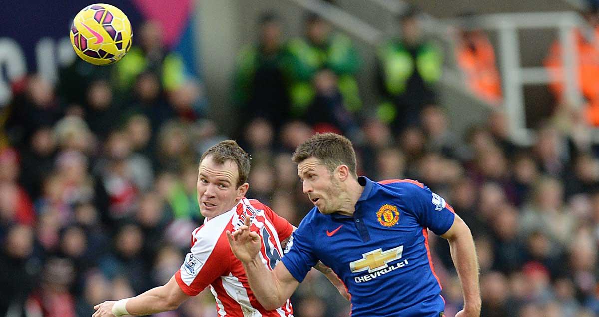 Man-Utds-Michael-Carrick-challenges-Glenn-Whelan-of-Stoke
