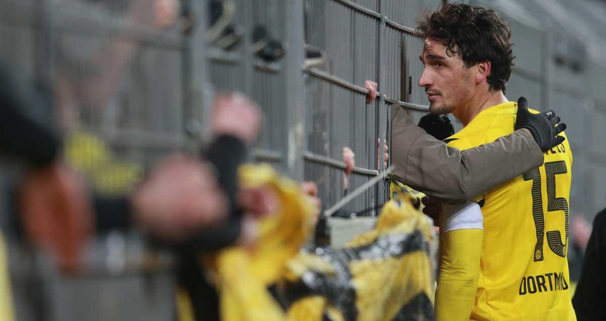 Mats Hummels talks to disgruntled Borussia Dortmund fans