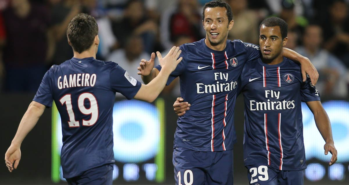 Nene-taking-the-plaudits-from-his-PSG-teammates