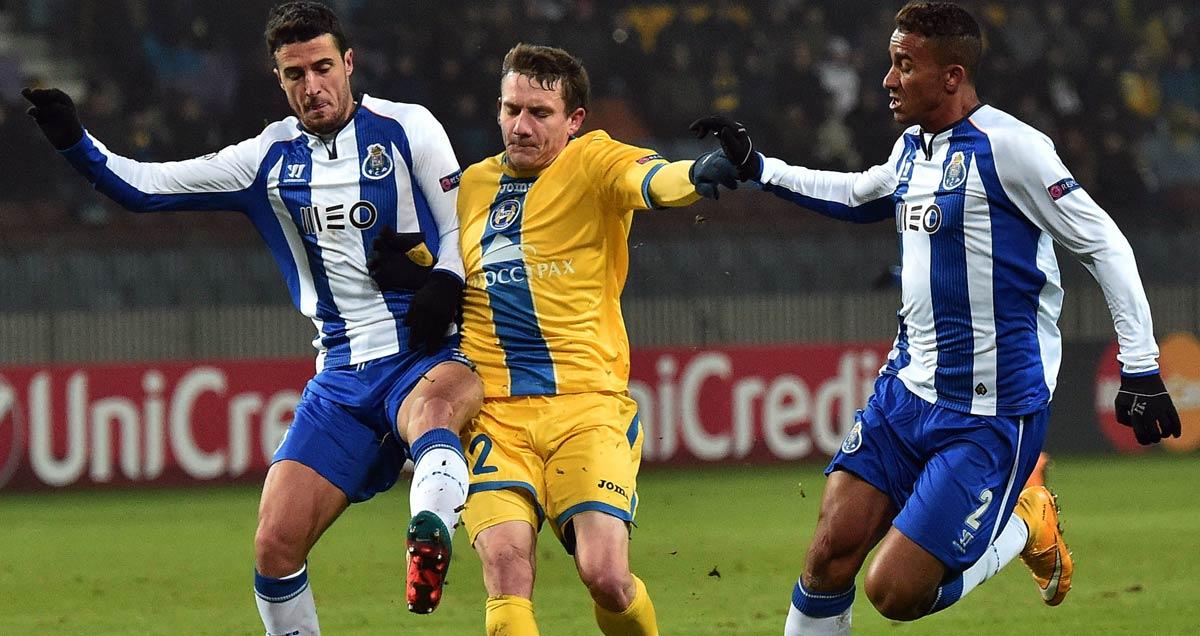 Ivan Marcano (l) and Danilo (r) of Porto vie for the ball v BATE Borisov