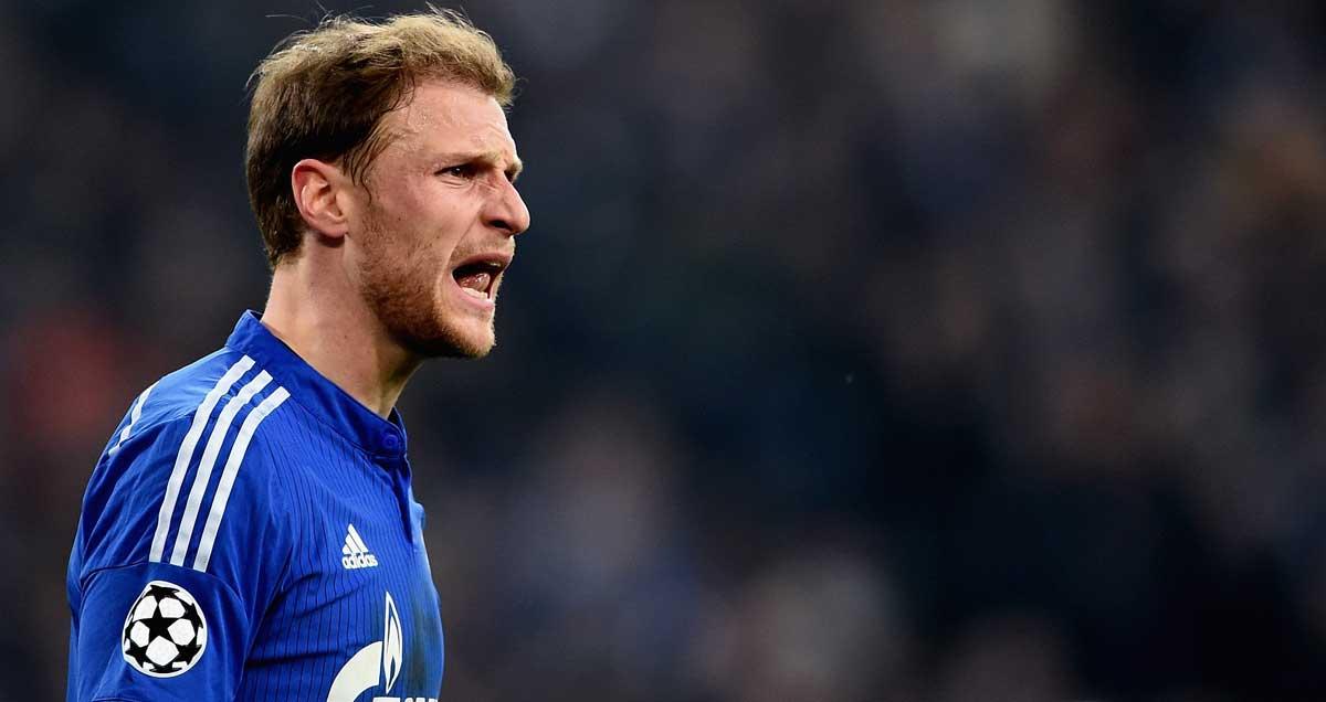 Schalke-Benedikt-Howedes-issues-commands