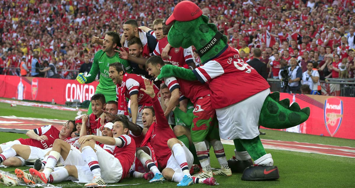 Arsenal celebrate winning the 2014 FA Cup with the Gunnersaurus