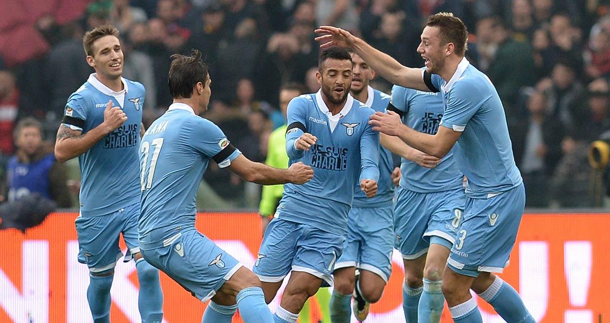 Felipe Anderson on the dribble for Lazio v Fiorentina