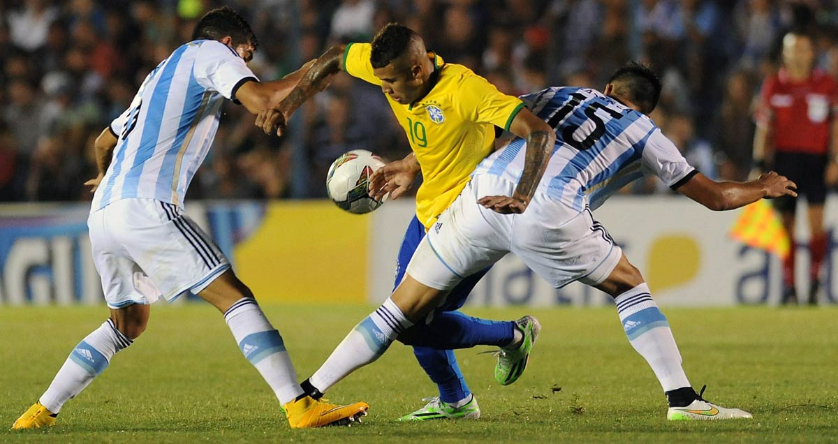 Kenedy tangles with two Argentina defenders at the 2015 South American Under-20 Championships