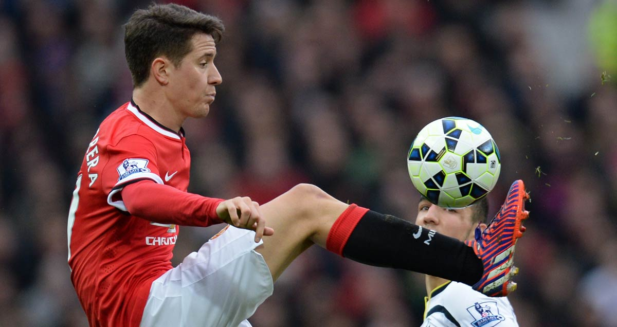 Man-Utd-midfielder-Ander-Herrera-controls-the-ball