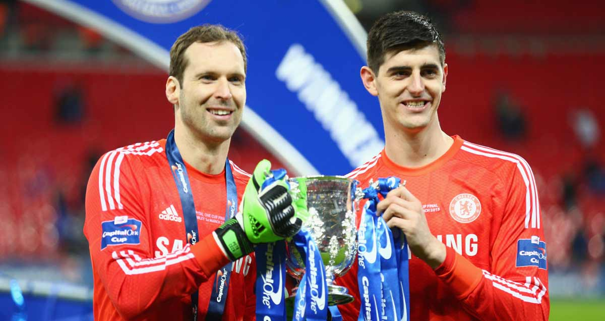 Petr Cech hoists the Capital One Cup