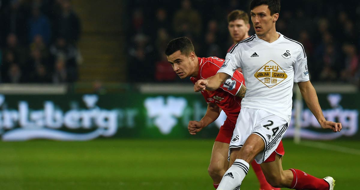 Jack-Cork-of-Swansea-comes-out-on-top-against-Philippe-Coutinho-of-Liverpool