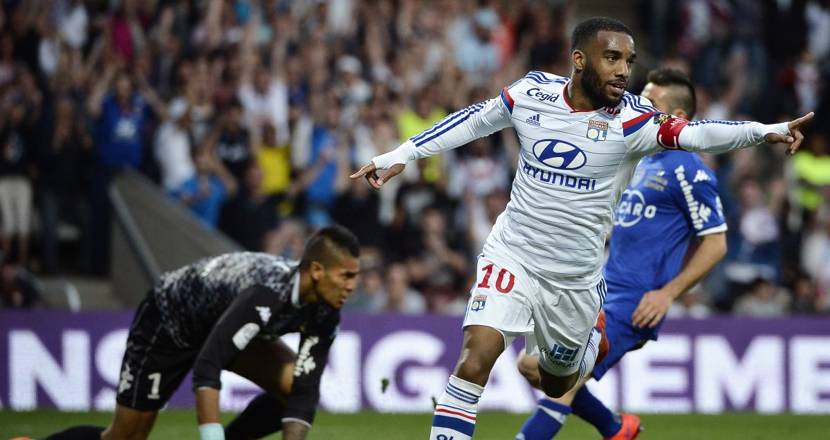 Alexandre Lacazette notches for Lyon