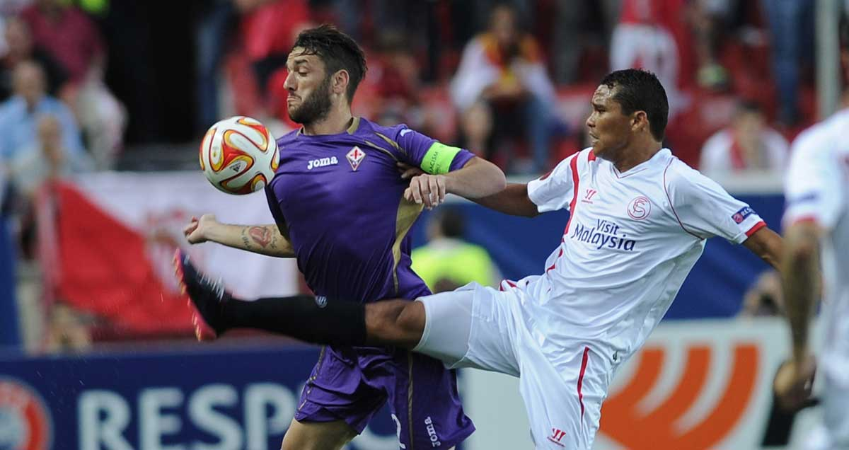 Fiorentina's Ricardo Rodriguez does battle with Carlos Bacca of Sevilla