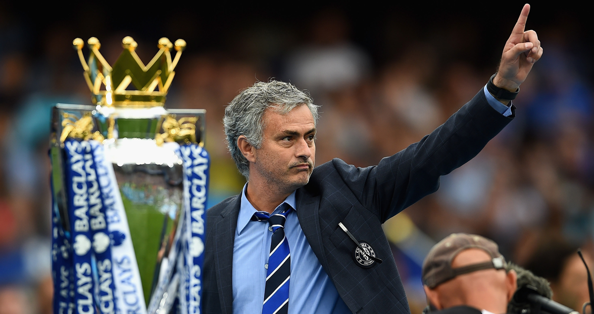 Chelsea-boss-Jose-Mourinho-with-the-Premier-League-trophy