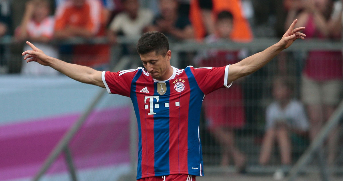 Robert Lewandowski nonchalantly celebrates
