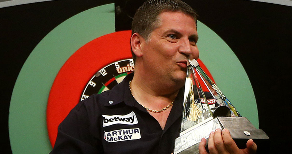 Gary Anderson plants a smacker on the Premier League Darts pyramid