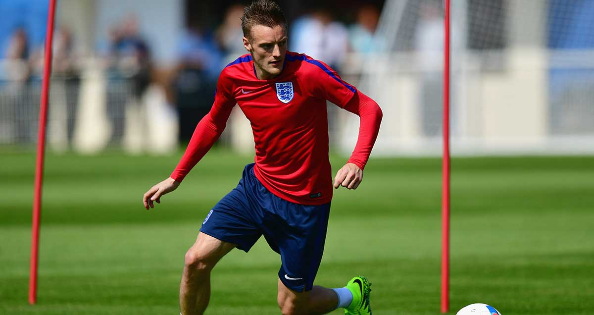 A cast-less Jamie Vardy compromises the well-being of his wrist in England training