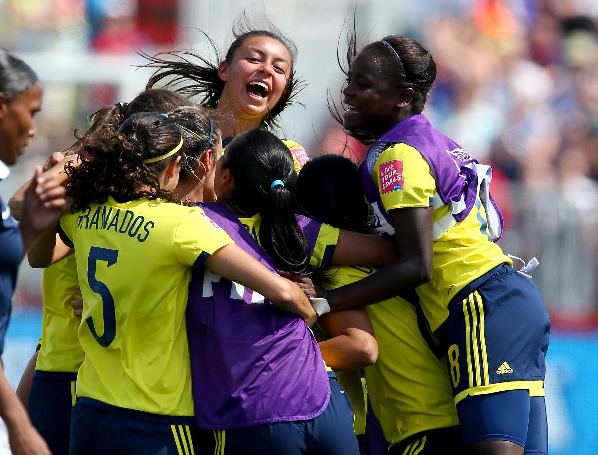 La selección de Colombia, líder del grupo F, celebra un gol.