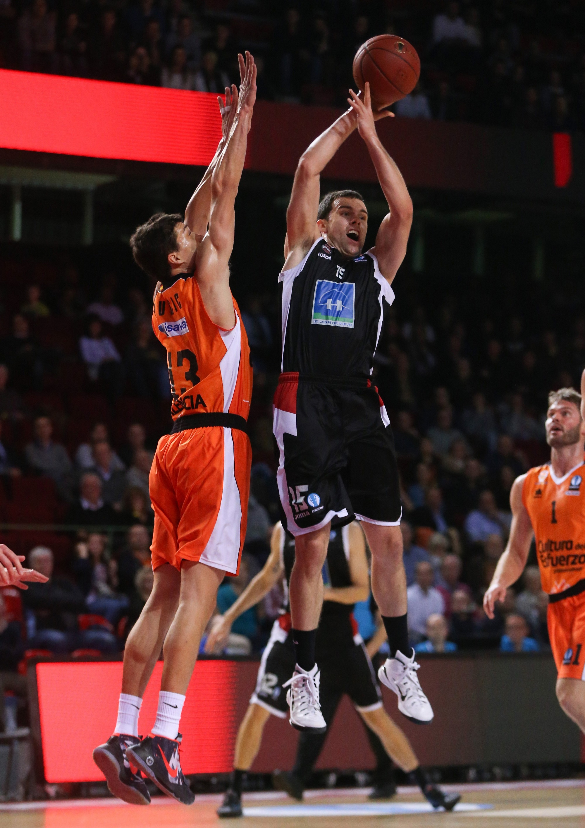 Vladimir Lucic, en una acción ante Jimmy Baron en el Charleroi-Valencia.
