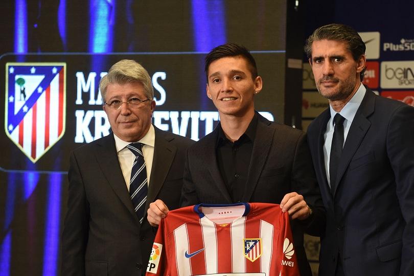 Cerezo y Caminero escoltan a Matías Kranevitter durante la presentación del argentino con la camiseta del Atlético de Madrid.