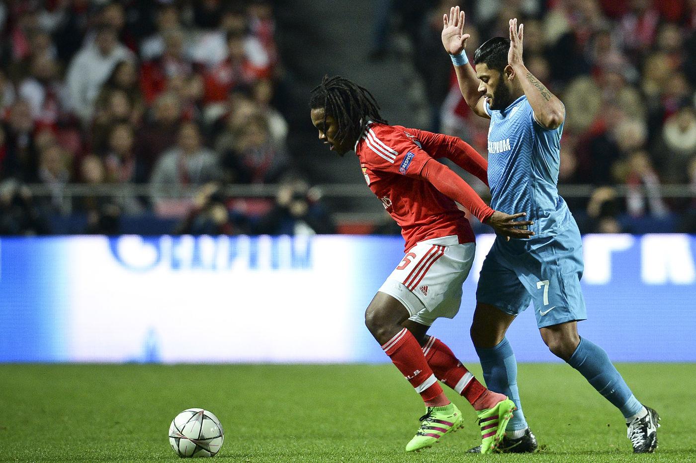 Renato Sanches contiene la presión del brasileño del Zenit Hulk.