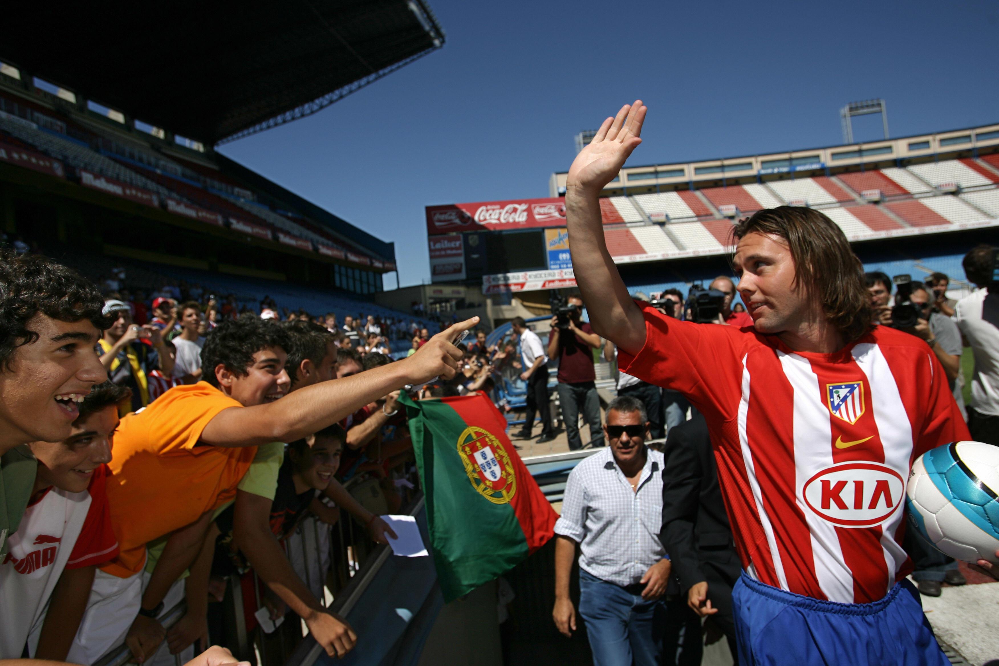 Maniche saluda a aficionados del Atlético en su presentación.