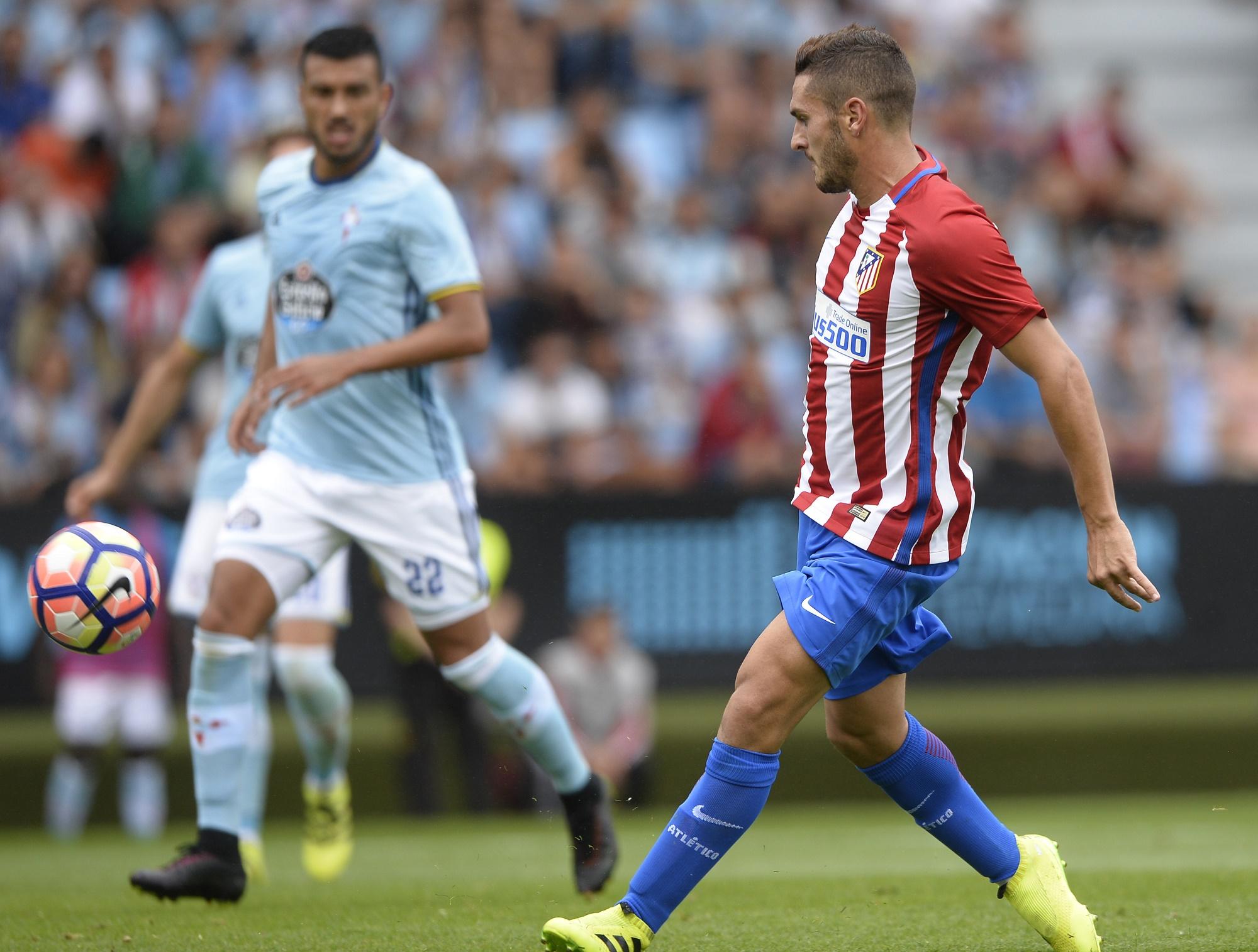 Koke da un pase durante el Celta-Atlético de Madrid.