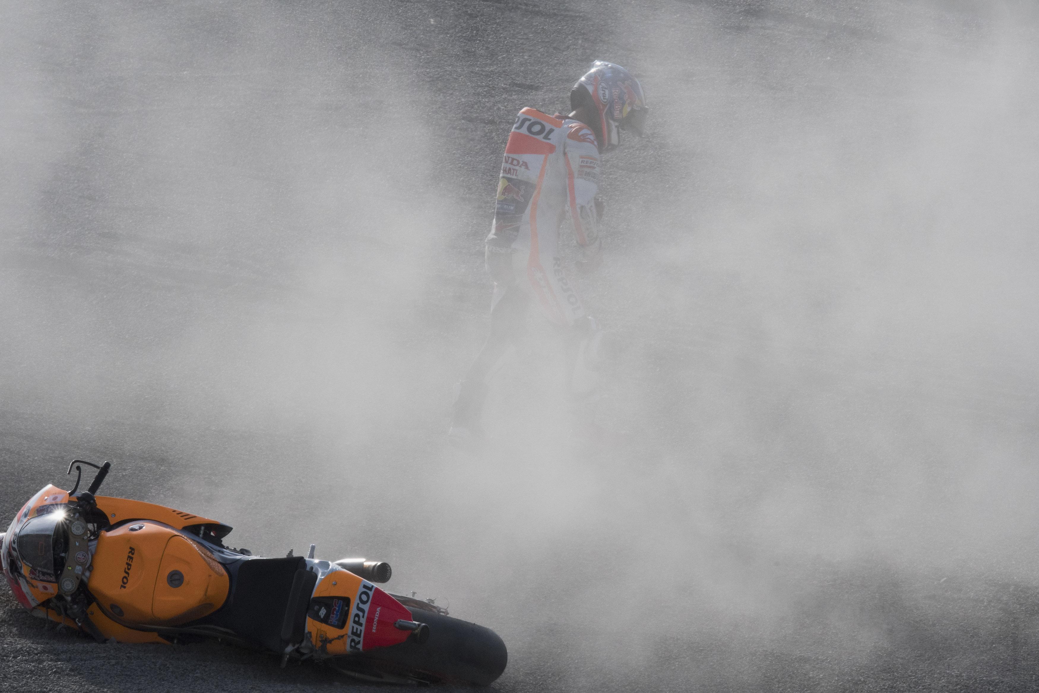 Dani Pedrosa, tras su caída en el circuito de Motegi (Japón).