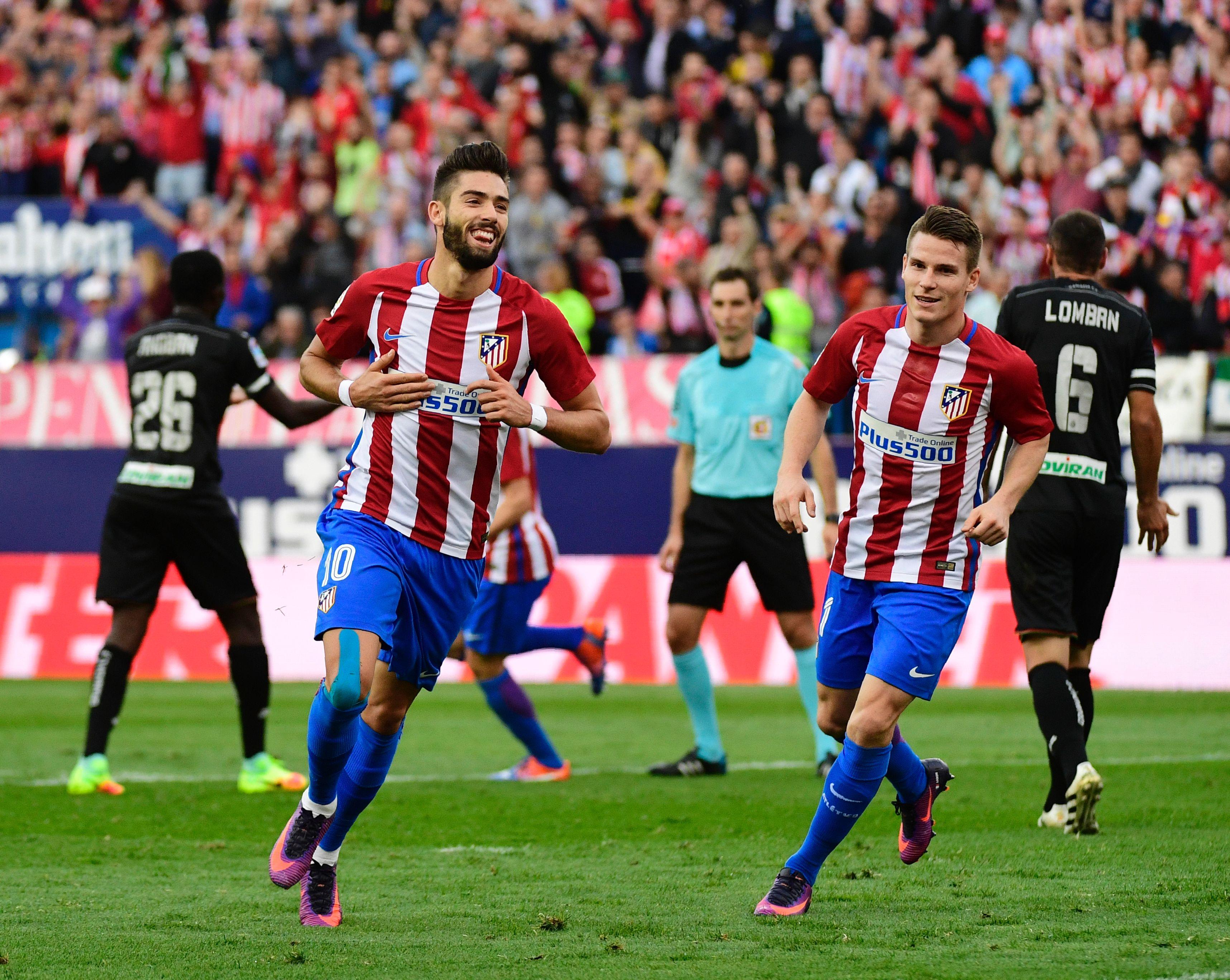 Yannick Carrasco celebra uno de sus tres goles en el Atlético-Granada.