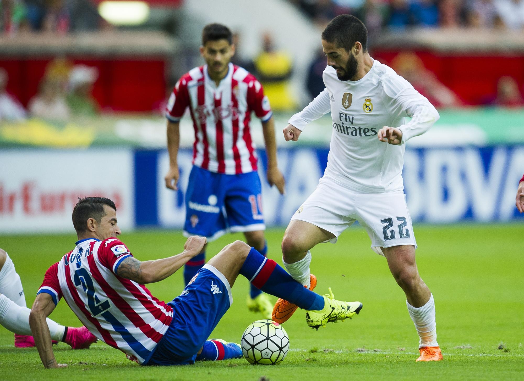 Isco (Real Madrid) controla un balón ante la entrada de Luis Hernández ( Sporting 0a4643dbf8b7c