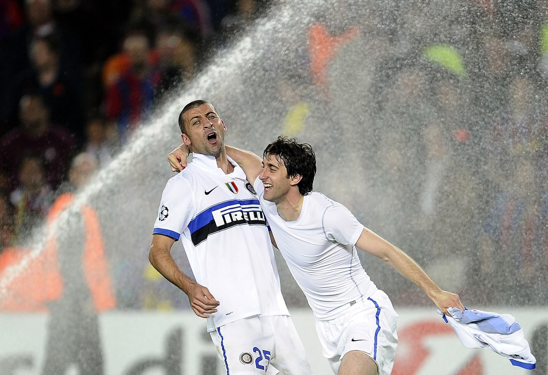 Diego Milito y Walter Samuel celebran eliminación del Barcelona a manos del Inter de Milan en la 09/10.