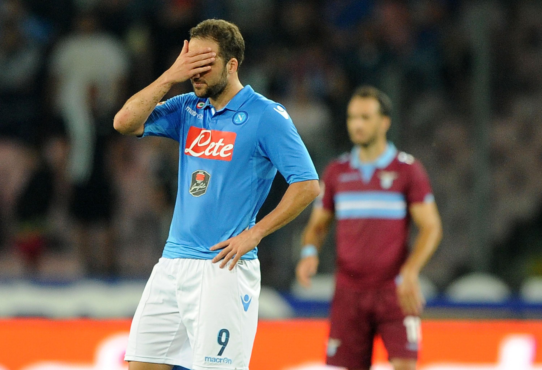 Gonzalo Higuain si dispera dopo aver sbagliato il rigore che avrebbe regalato alla Lazio il terzo posto nello scontro diretto con la Lazio